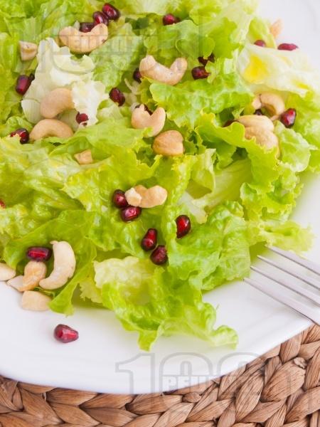 Зелена салата с кашу и нар - снимка на рецептата